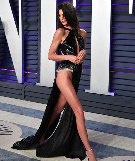 صور: عارضة أزياء شبه عارية في حفل أوسكار