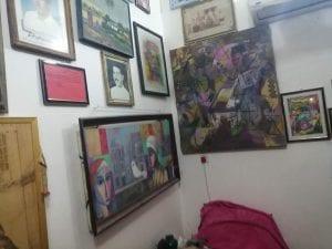 """لوحات فنية و """"فـقر"""": صور من داخل غرفة علاء مشذوب تظهر آخر مسوداته.."""
