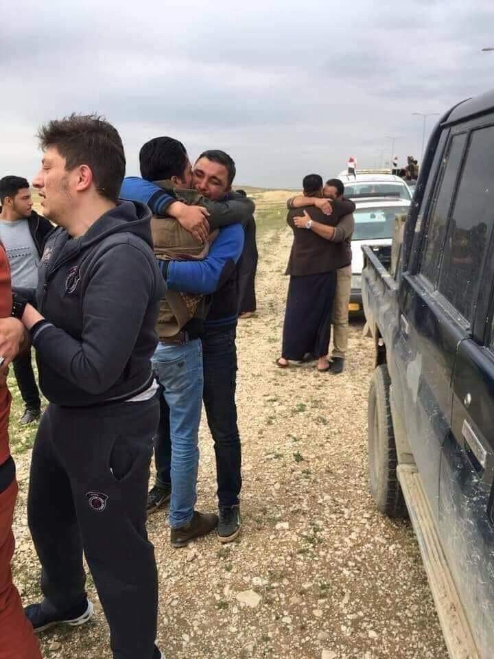 صور: دهشة ودموع .. لحظات مؤثرة لاستقبال المختطفين الـ 5 بعد إطلاق سراحهم
