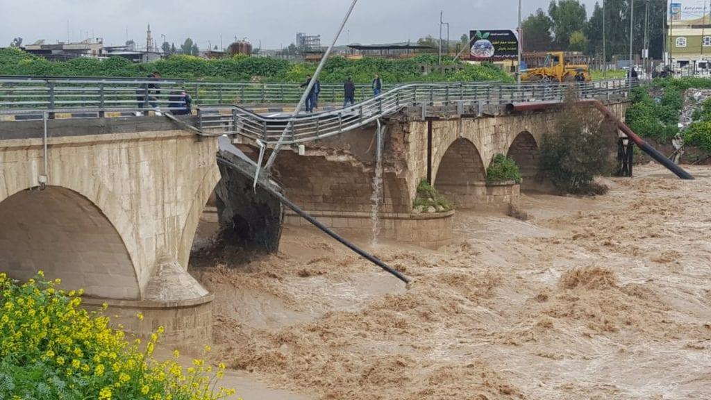 بعد عام فقط على تأهيله.. انهيار جسر في الموصل جرّاء الأمطار (صور)
