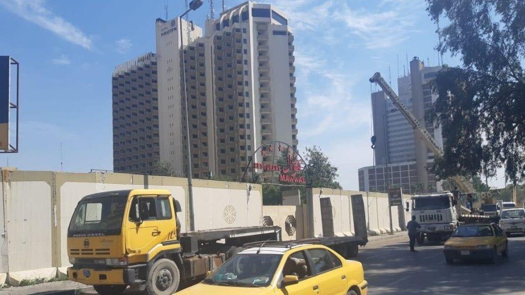 صور: رفع 350 كتلة كونكريتية من محيط فندقي عشتار وشيراتون وضعت قبل 13 عاماً