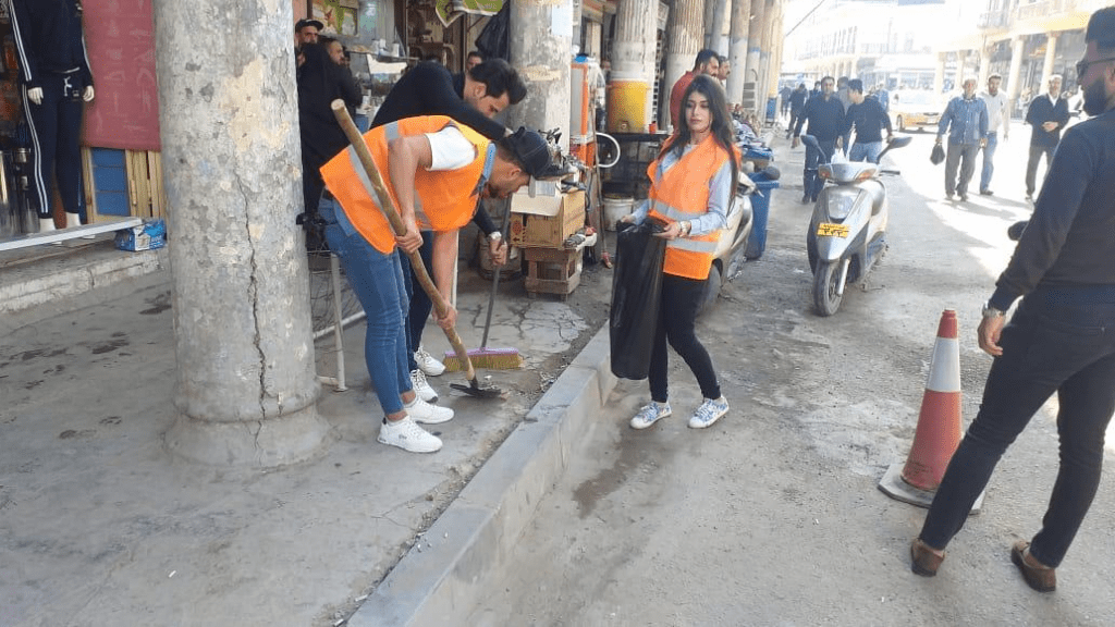 صور: حملة تنظيف وتأهيل.. طلبة 3 كليات يضعون لمساتهم على شارع الرشيد