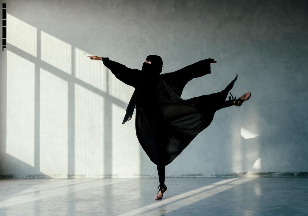 صور: سعودية منقبة ترقص البالية.. والمغردون يعلقون!