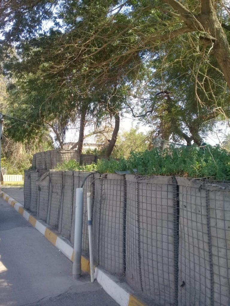 """صور: بلدية الكرادة تبدأ بإزالة جدار الـ""""هسكو"""" الأميركي"""