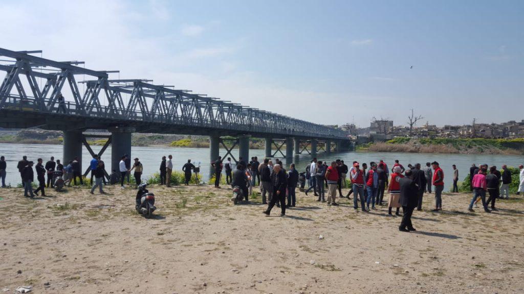 صور: أهالي الموصل ينتظرون على ضفاف دجلة أنباء عن مفقوديهم