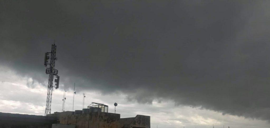 """بالصور: غيمة """"غريبة"""" تحول الموصل إلى ظلام"""