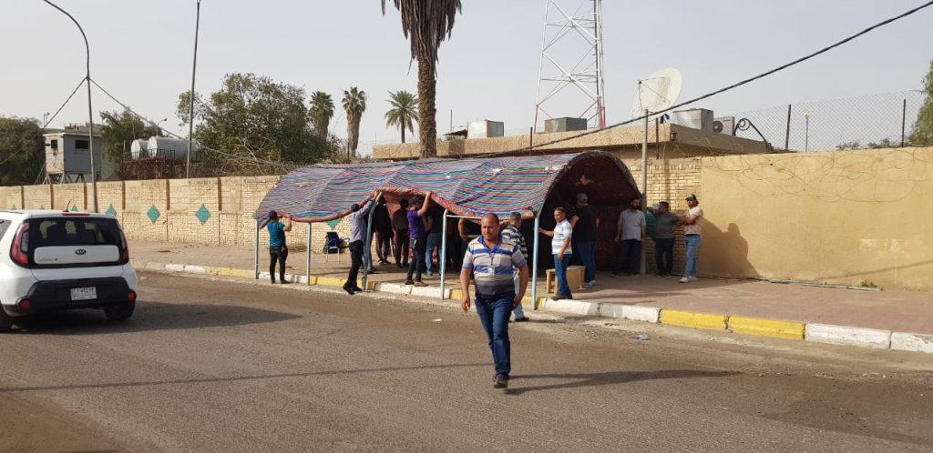 صور: الانتهاء من نصب خيمة اعتصام أمام شبكة الإعلام العراقي!