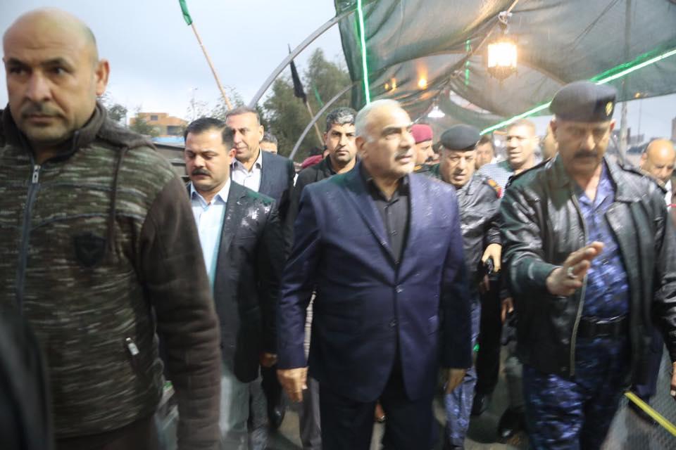 صور.. تحت وابل الأمطار.. عبدالمهدي يتفقّد جسر الكريعات العائم