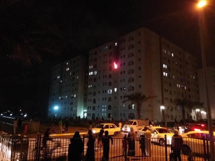 """صور: إخماد حريق في عمارة """"٣٠٤"""" بمجمع بسماية السكني"""