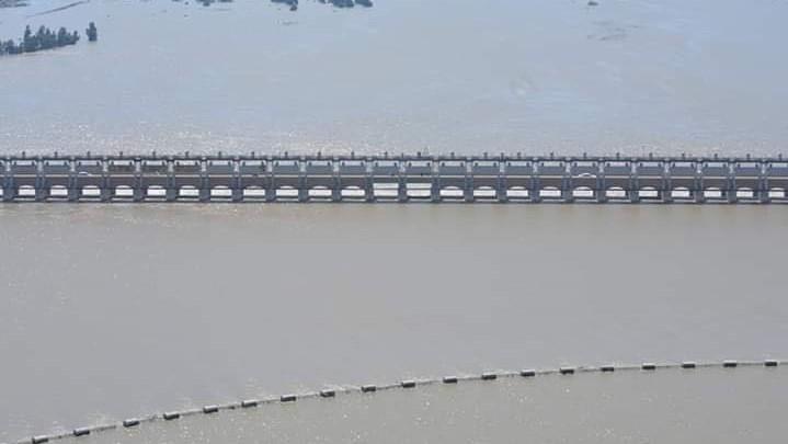 صور من الطائرة: خلية الأزمة تستطلع جوّياً الممرات المائية الفيضانية في واسط