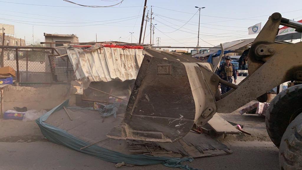 """باسناد القوات الامنية.. امانة بغداد تزيل """"تجاوزات الارصفة"""" في الزعفرانية (صور)"""