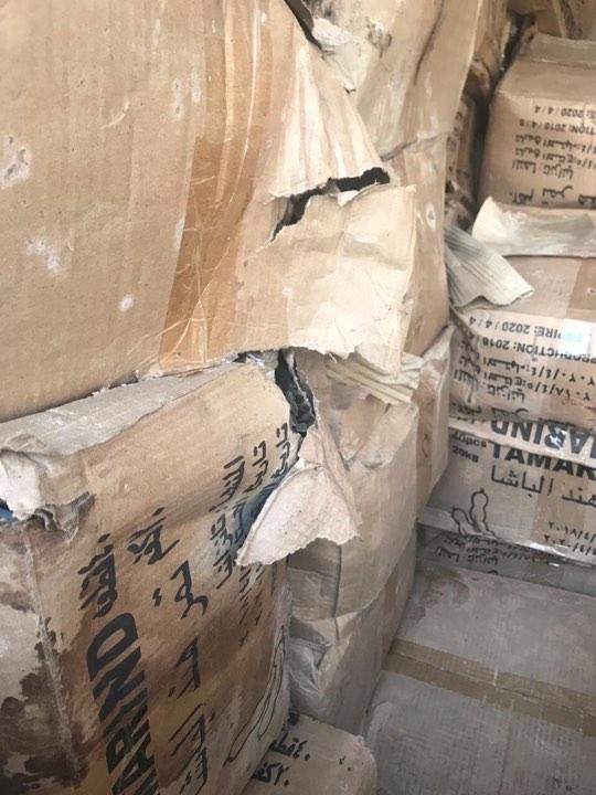 """صور: ضبط حاويتين تحملان بضاعة """"متعفنة"""" من تمر الهند والفول السوداني في أم قصر"""