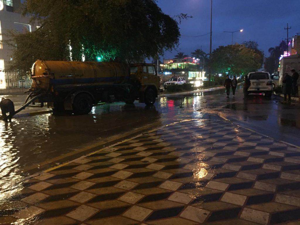 """بلدية الكرادة لـ""""ناس"""": 27 آلية مستمرة في تصريف مياه الأمطار.. ولا قطوعات للشوارع (صور)"""
