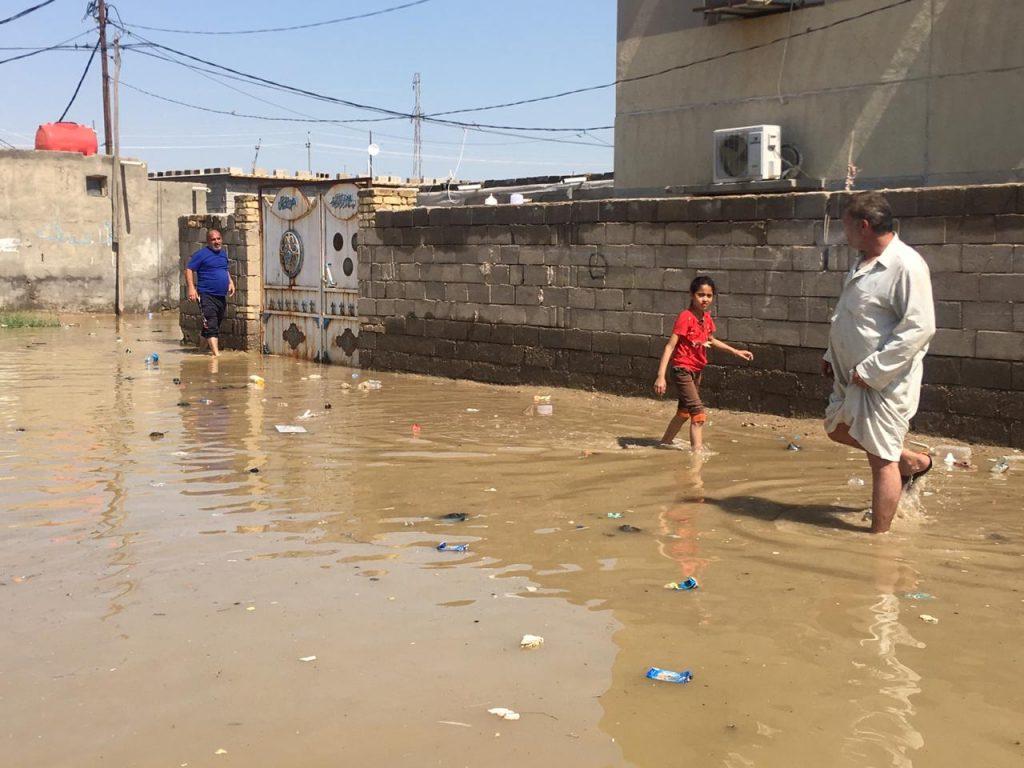 """صور: مياه """"المجاري"""" تجتاح منازل الديوانية"""