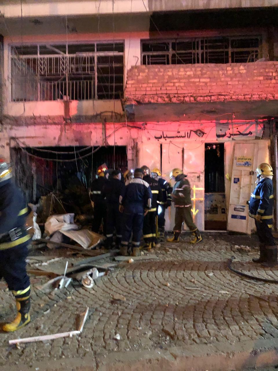 صور: المشاهد الأولى لتفجير محل بيع مشروبات كحولية وسط بغداد