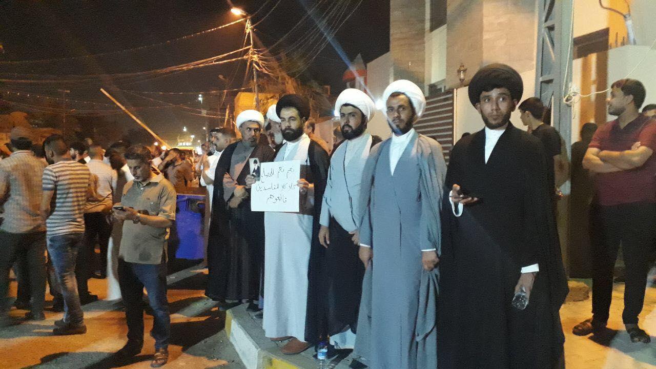صور: أنصار الصدر يتجمعون أمام داره في الحنّانة