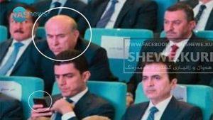 """موقف محرج: الكاميرات تصطاد محافظ أربيل """"يسترق النظر"""" إلى هاتف وزير الإسكان! (صورة)"""