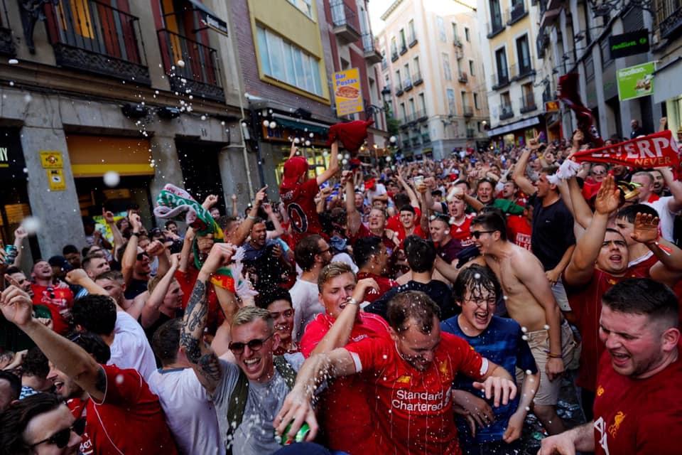 """صور: جماهير ليفربول تغطي شوارع مدريد بـ""""الأحمر"""" قبل انطلاق نهائي أبطال أوروبا"""