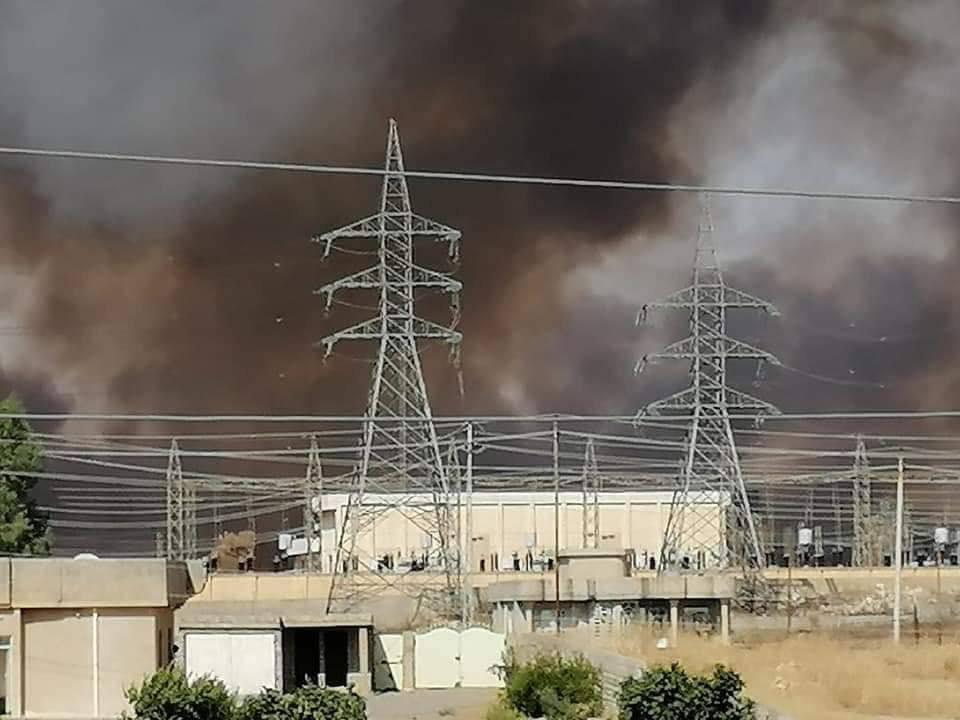 """تحذيرات من """"كارثة"""" في نينوى بعد اندلاع النيران في معمل الكبريت (صور)"""