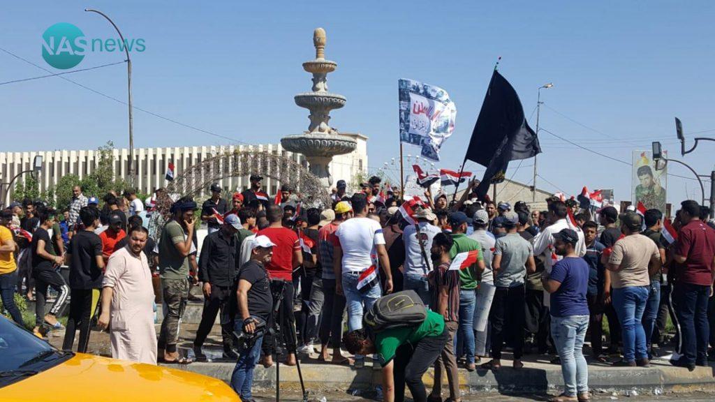 صور: محتجو البصرة يقطعون الطرق المؤدية إلى مبنى المحافظة وانتشار كثيف للقوات الأمنية