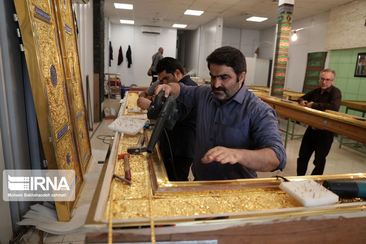 من مدينة مشهد الإيرانية.. مصنع الأبواب الذهبية الخاصة بالعتبة الكاظمية (صور)