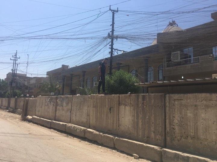 أمانة بغداد تداهم الكتل الكونكريتية في الصالحية والأعظمية