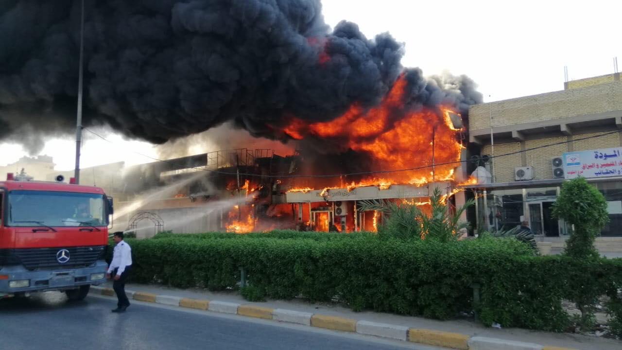 """حريق """"قصر الكوفة"""".. ألسنة لهب وأعمدة دخان (صور)"""
