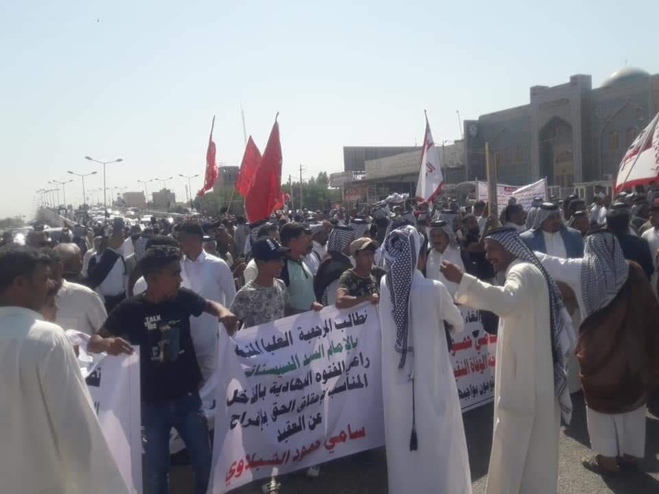 """تداعيات وفاة إيراني: تظاهرة عشائرية """"حاشدة"""" في النجف لنصرة ضابطين! (صور)"""