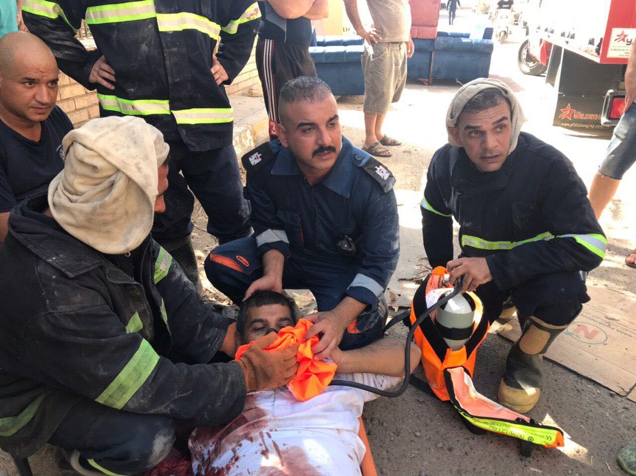 """صور: إنقاذ شخص سقط من أعلى مبنى بجانب مرقد """"سفير الإمام الحجة"""""""