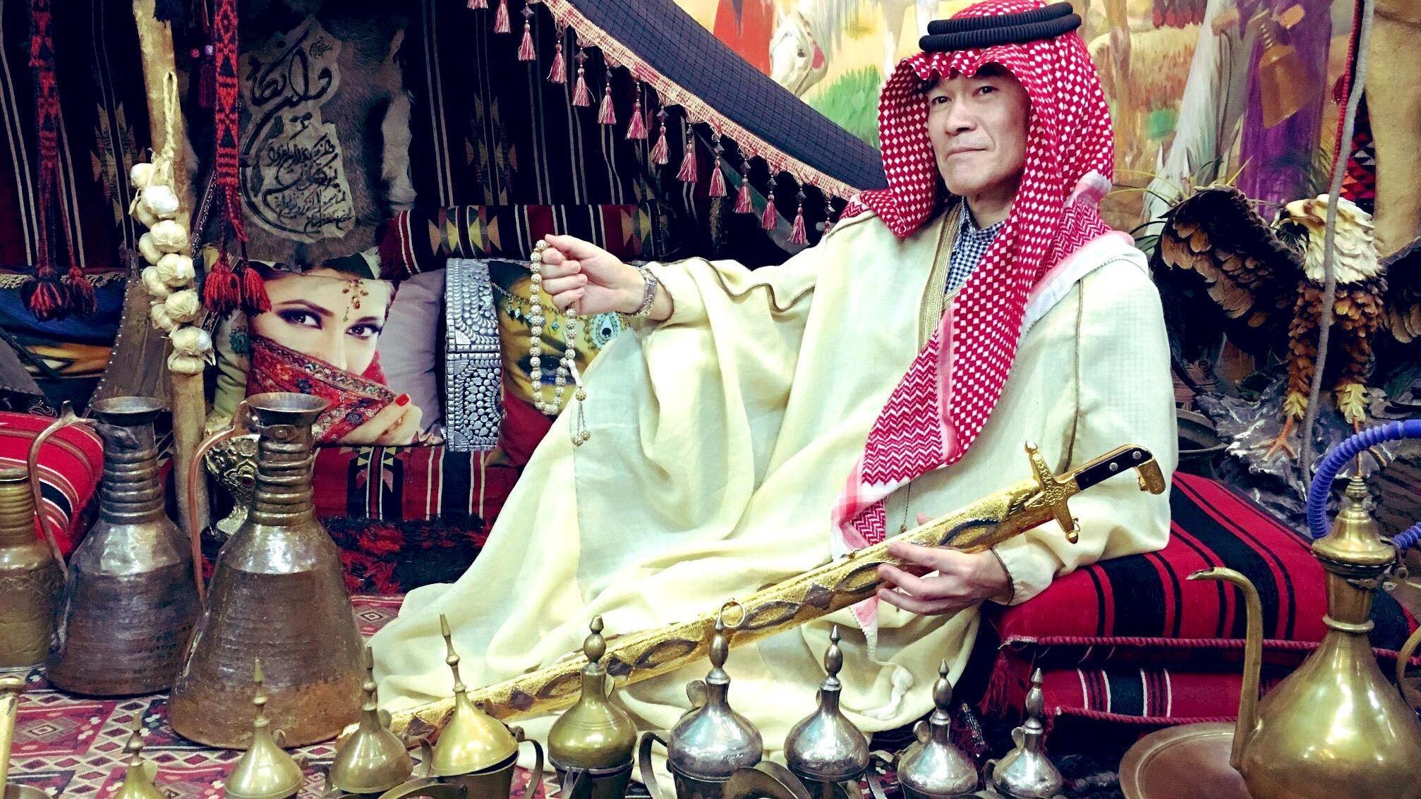 """(صور) السفير الياباني لدى بغداد يتجول بالزي العربي.. ومعلقون: """"هلا بالشيخ"""""""