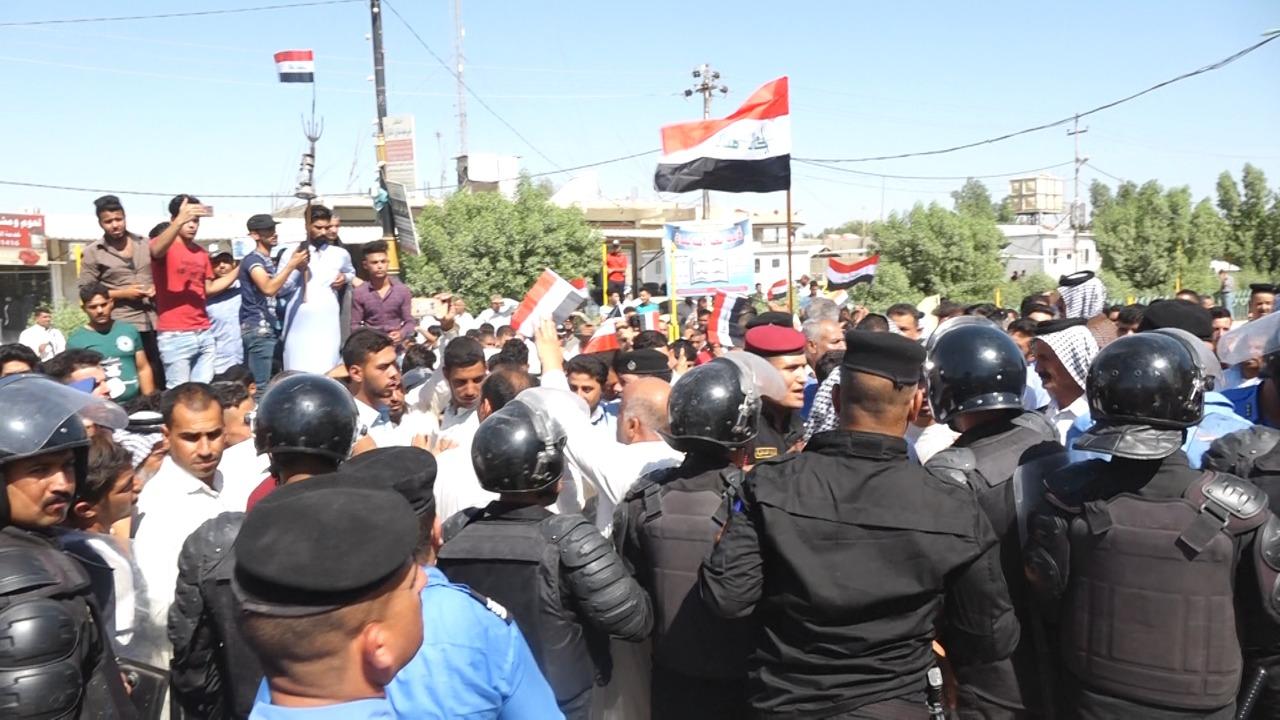 """العشرات من الفلاحين في الديوانية يتظاهرون ضد قاتلة """"حقول الرز"""" (صور)"""