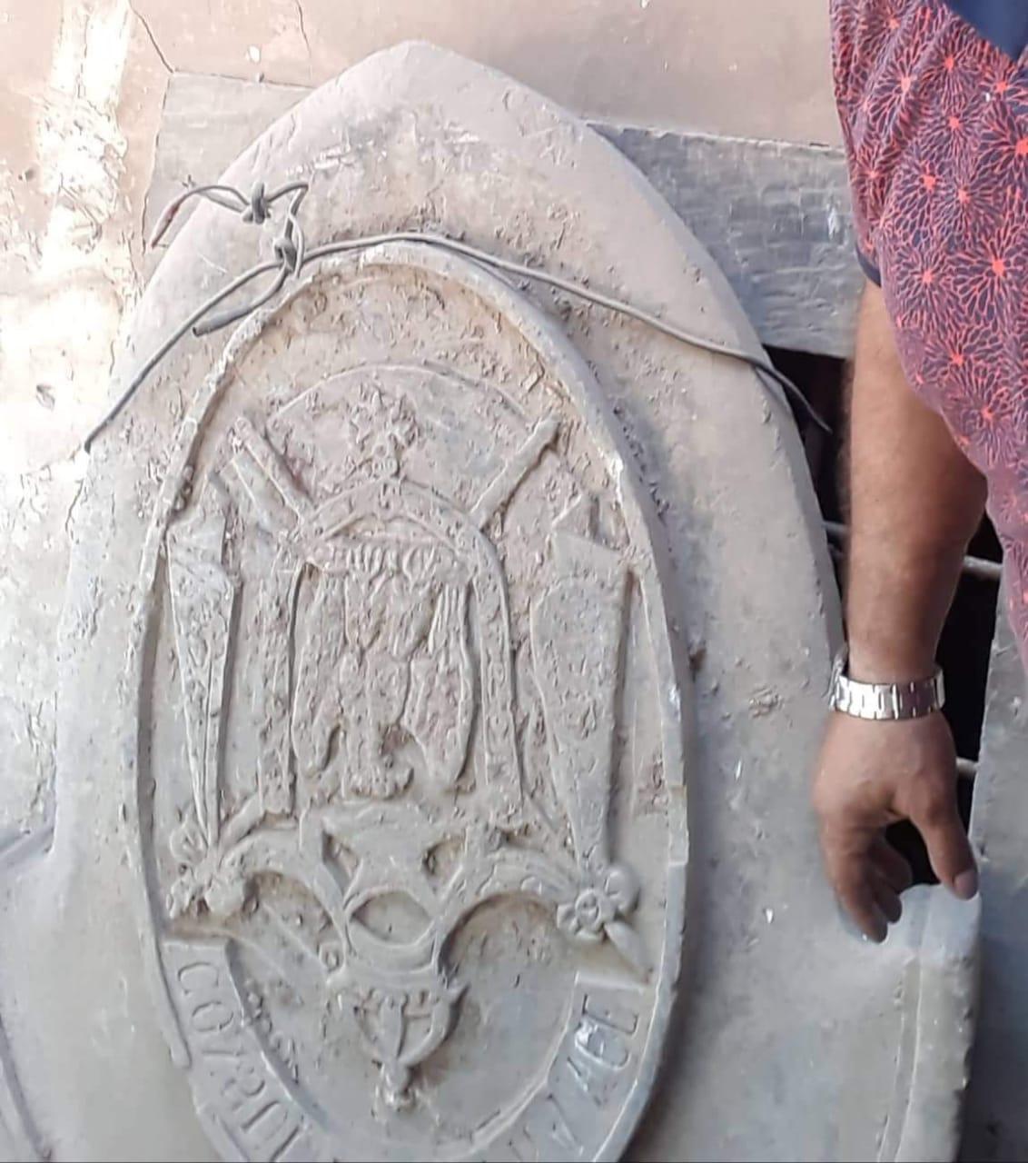 """صور: من تحت الركام.. حجر يقود إلى """"اكتشاف تاريخي"""" في الموصل"""