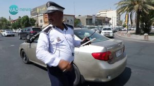 """سائق يقاطع مراسل """"ناس"""" أثناء إعداد تقرير حول المرور ويخاطب الشرطي: """"أخوك مُنتسب""""!"""