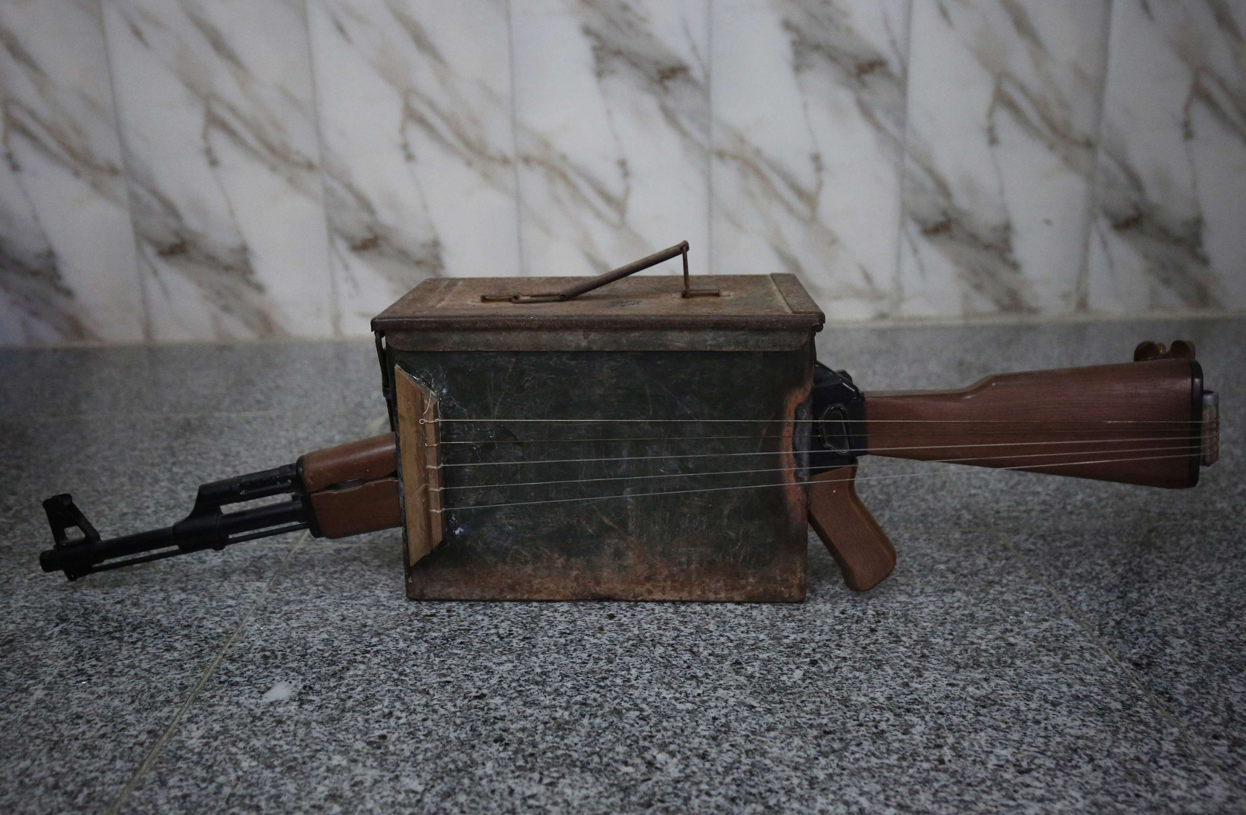 """""""كلاشنكوف"""" تطلق الموسيقى في بغداد.. مدرس خمسيني يستغني عن """"سلاح الطائفية"""""""