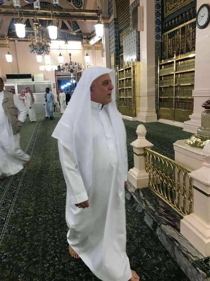 العبادي حاجّاً: نشر صوره بالثياب البيضاء.. فتلقى 12 ألف تعليق!