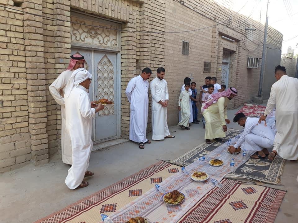 """""""دشاديش"""" ومائدة طويلة.. """"درابين"""" في البصرة تحتفل بالعيد على طريقتها الخاصة (صور)"""