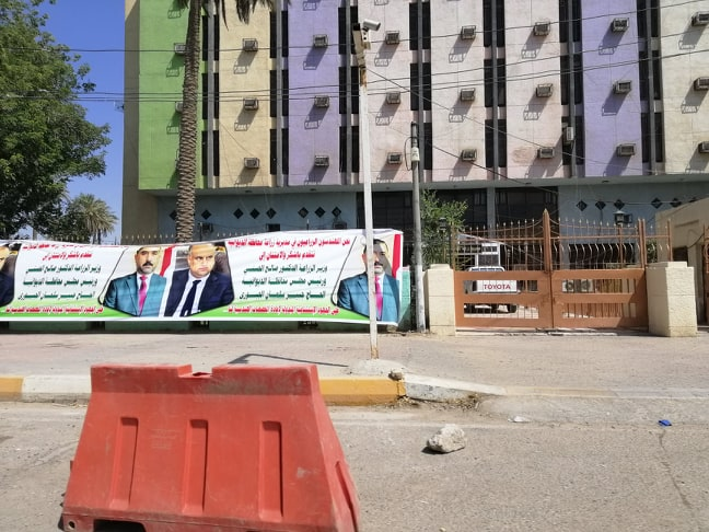 بوسترات عملاقة تحمل صور وزير الزراعة تغطي مدخل مبنى مديرية الديوانية!