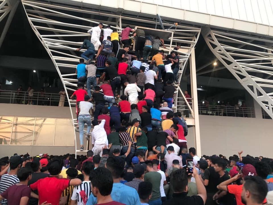 ملعب كربلاء يغص بالجماهير والآلاف في الخارج.. مشادات وتسلق للجدران! (صور)