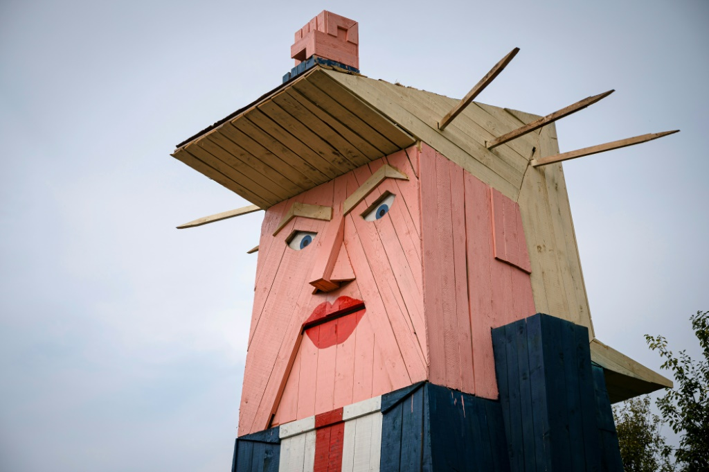 "فنانون ""مشاغبون"" يصنعون تمثالين لترامب وميلانيا"