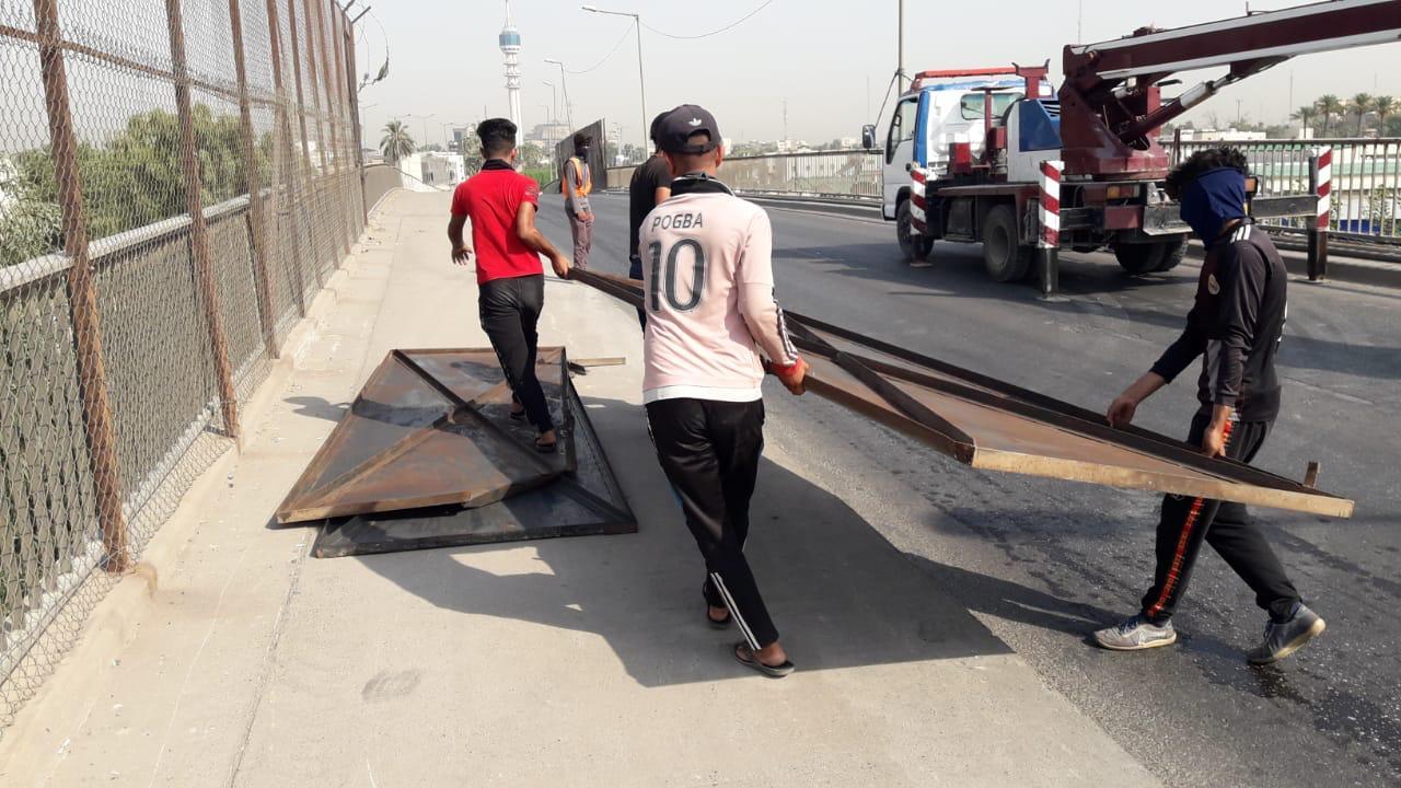 رفع قواعد حديدية وضعت منذ 15 عاماً وسط بغداد (صور)