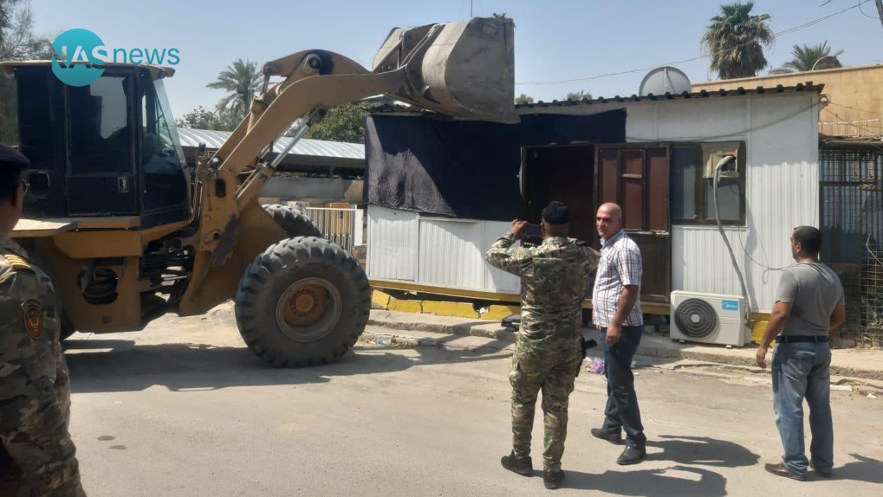 بعد مشادات كلامية واتهامات .. أمانة بغداد تُزيل تجاوزات في منطقة المنصور (صور)
