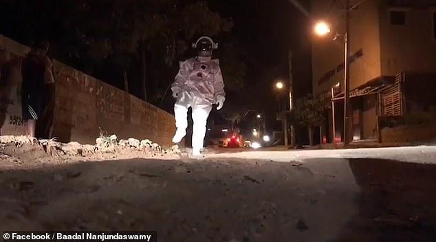 ڤیدیۆ.. پیاوێکی هیندی بە نیشاندانی وێنەی سەرمانگ دانیشتوانی وڵاتەکەی سەرسام کرد