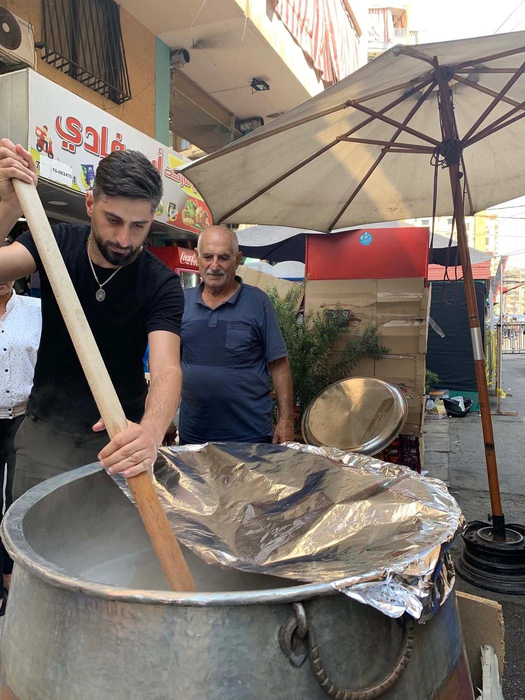 مشاهد عاشوراء لبنان من حارات الضاحية: ورد وبسكويت وجدّات سعيدات..