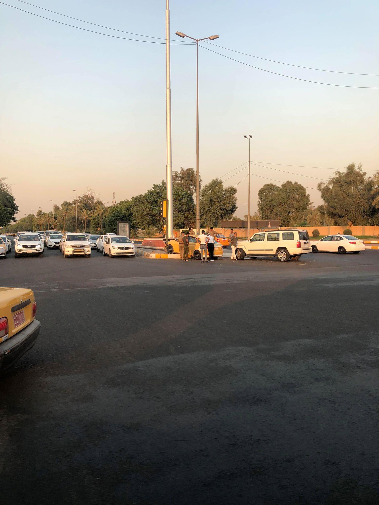 حادث مروري قرب رئاسة الوزراء: سيارة أجرة قفزت فوق الجزرة