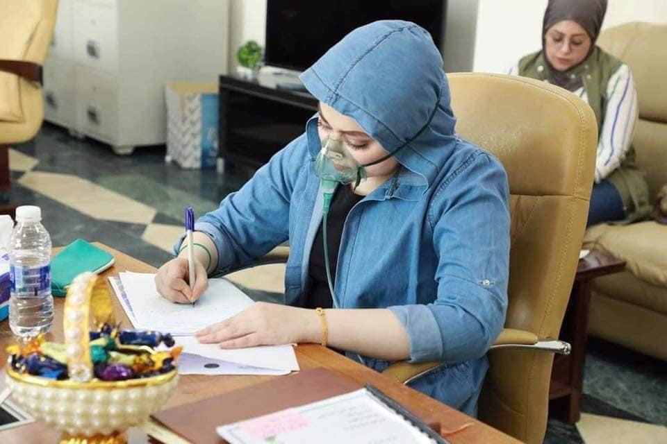 """مريم ذات الكمّامة: الطالبة """"المريضة"""" في قاعة الامتحان تلهم الآلاف.."""