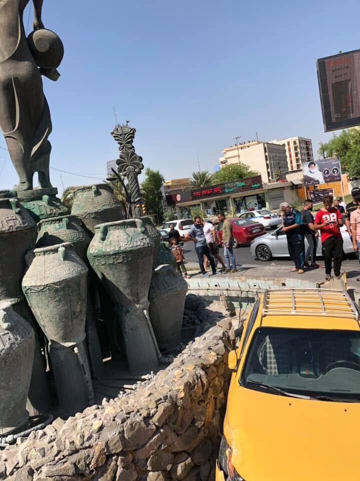 """بعد قيادة """"جنونية"""".. سيارة أجرة """"تقتحم"""" نصب كهرمانة وسط بغداد (صور)"""