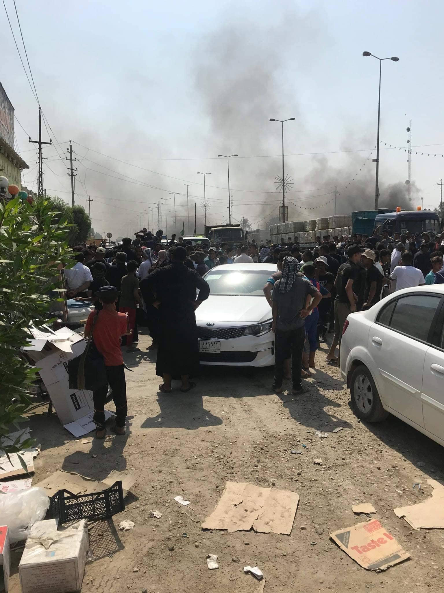 """عشيرة زهير الشعلان """"تضرم النار"""" احتجاجاً في الديوانية.. والشرطة تتحرك! (صور)"""