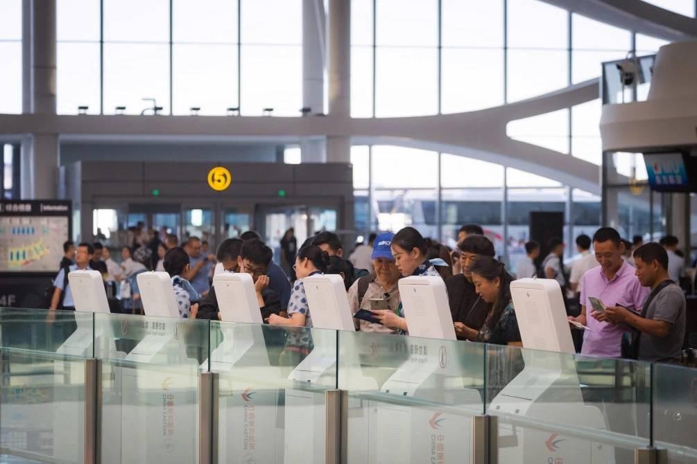 """صممته المعمارية زها حديد: الصين تقترب من افتتاح """"أكبر مطار في العالم"""" (صور)"""