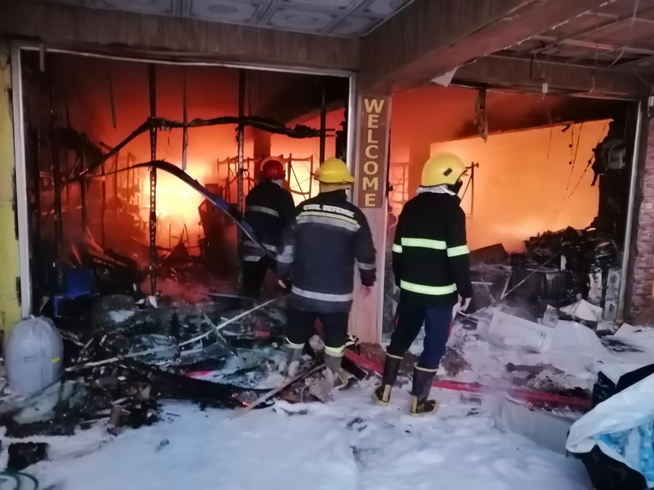 """صور من حريق حي العدل """"الهائل"""": 10 فرق من الدفاع المدني تولت عملية الإطفاء.."""