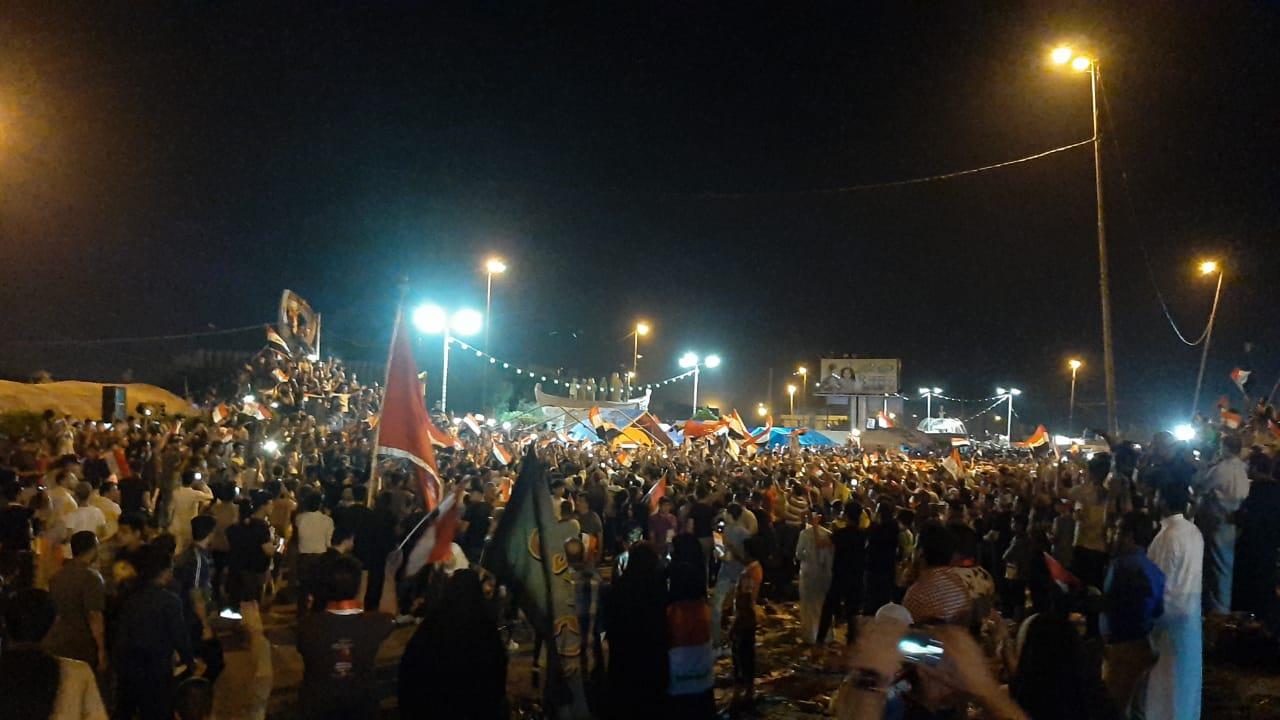 صور: توافد مئات المحتجين إلى الساحات العامة في البصرة